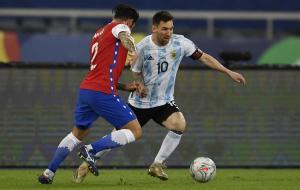 Lionel Messi saat berhadapan denga bek Chile, Eugenio Mena dalam partai Copa America. © Twitter Copa America