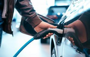 Ilustrasi pengisian bahan bakar mobil listrik © Car photo created by teksomolika - www.freepik.com