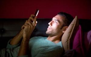 Ilustrasi bermain ponsel di malam hari © freepik.com