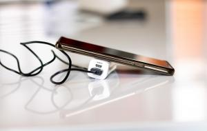 Ilustrasi saat mengisi daya baterai atau charge handphone © Clayton Majona dari Pixabay