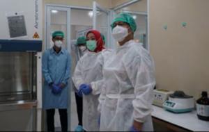 Menteri Kesehatan, Budi Gunadi Sadikin (kanan), dalam kunjungannya meresmikan Gedung Pelayanan dan Laboratorium BBTKLPP Yogyakarta, Minggu (21/2). © kemkes.go.id