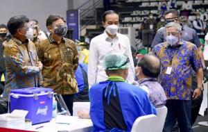 Presiden RI Joko Widodo (tengah) saat meninjau langsung acara vaksinasi Covid-19 bagi awak media di Hall Basket Senayan, Gelora Bung Karno, Jakarta. © dok.Kominfo/AYH