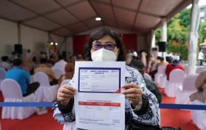 Salah satu guru yang mendapat program vaksinasi Covid-19 yang berlokasi di SMAN 70 Jakarta pada Kamis (24/2). © sehatnegeriku.kemkes.go.id