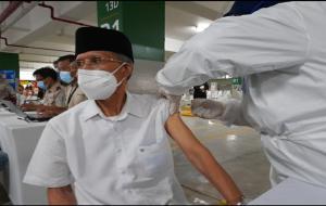 Salah satu pemuka agama melakukan vaksinasi Covid-19 di basement Masjid Istiqlal, Jakarta © dok. Kementerian Kesehatan