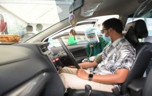 Seorang pengemudi sedang menjalani proses vaksinasi Covid-19 secara drive-thru. © sehatnegeriku.kemkes.go.id