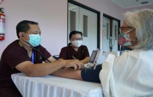 Vaksinasi Covid-19 dilakukan kepada tenaga kesehatan lansia di RSUP Fatmawati, Jakarta, Kamis (11/2). © sehatnegeriku.kemkes.go.id