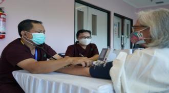 Vaksinasi Covid-19 dilakukan kepada tenaga kesehatan lansia di RSUP Fatmawati, Jakarta, Kamis (11/2). (Image Credit: sehatnegeriku.kemkes.go.id)